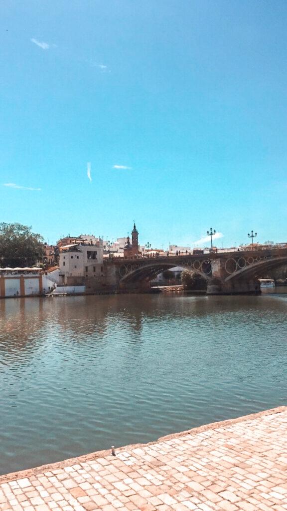 rzeka Guadalquivir, rzeka w Sewilli, widok na Most Triana