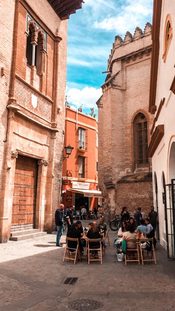 Bary w Sewilli, lokalna gastronomia, ludzie siedzą w barze w porze lunchu