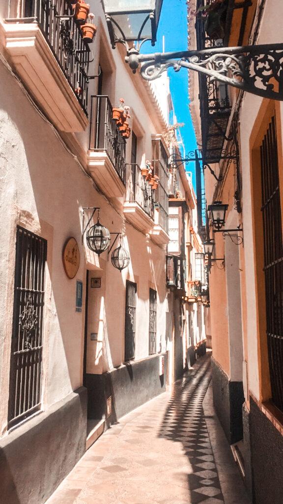 Wąskie uliczki w Sewilli w dzielnicy Santa Cruz.